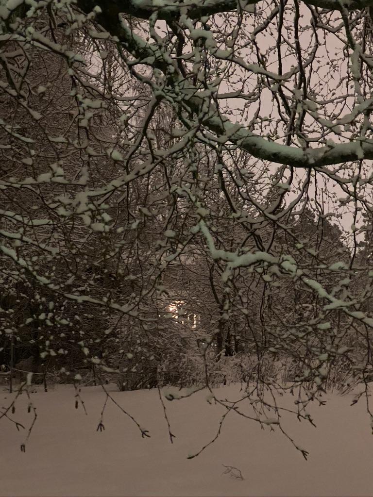 Lunta ja valoa ikkunassa